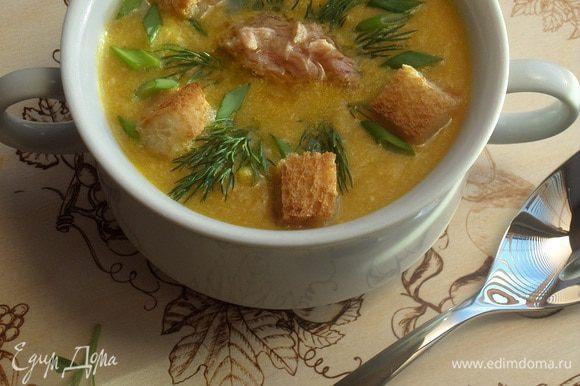 В чашки выкладываем рыбу и добавляем суп-пюре. Подаем с сухариками и зеленью.