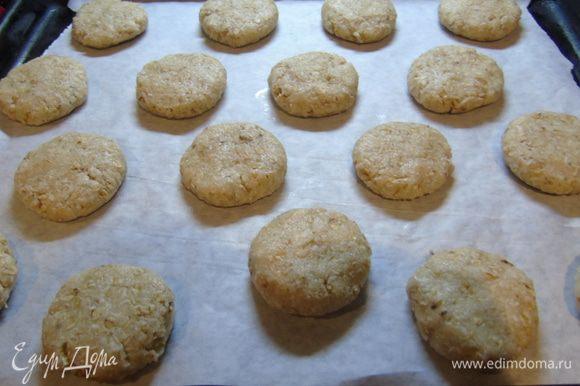 Сформируйте печенье и выложите на промасленный пергамент.