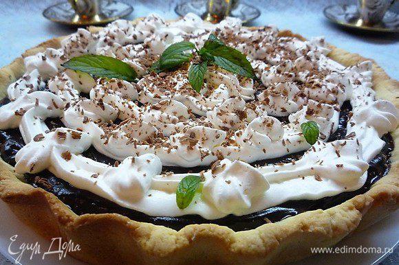 Поверх сливок посыпаем тертый шоколад, украшаем листиками свежей мяты, посыпаем сахарной пудрой и подаем на стол.