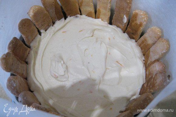 Немного подождав, минуты 2 — 3, начала выкладывать борта будущего торта печеньем. Сбрызнула и его коньячно-кофейной пропиткой. После чего залила крем, разровняла. Отправила в холодильник на 30 мин.