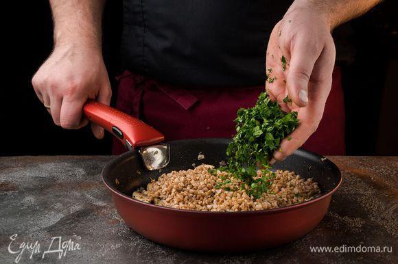 Выложить готовую гречку к грибам с луком (немного гречки оставить), обжарить все вместе. Петрушку мелко порубить.