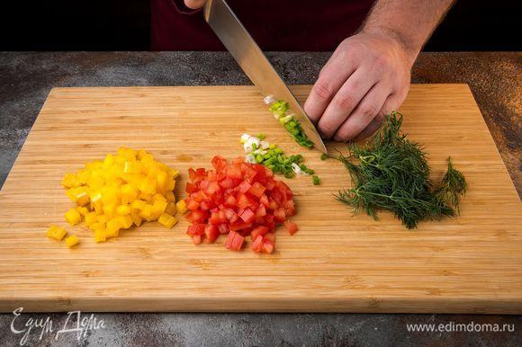 Помидоры и болгарский перец нарежьте небольшими кусочками (кубиками). Укроп и зеленый лук мелко нарезать.