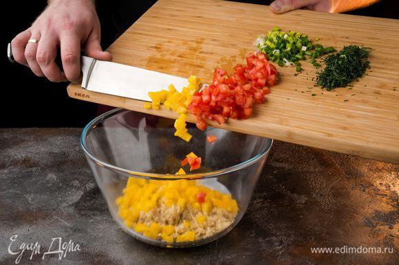 К киноа добавить нарезанные овощи и зелень, посолить, поперчить и перемешать.