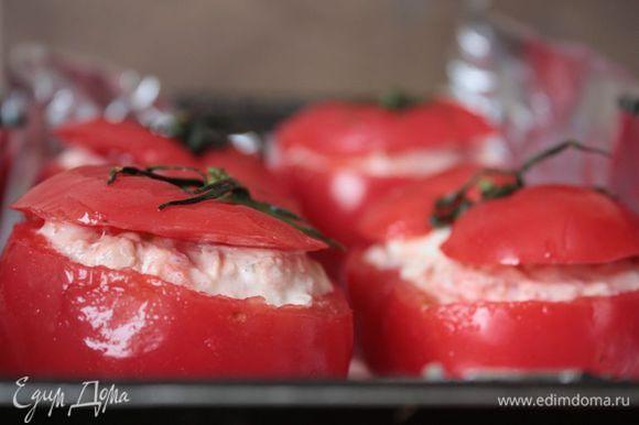 Получившейся начинкой наполните помидоры и отправьте их в духовку при 180°С на 10 — 20 минут. Следите за духовкой: помидоры должны стать более мягкими, но держащими форму.
