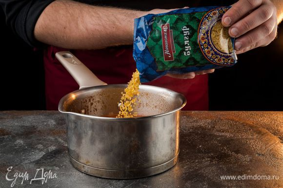 Через пять минут добавить булгур ТМ «Националь». Довести суп до кипения, убавить огонь и готовить под крышкой 15 — 20 минут.
