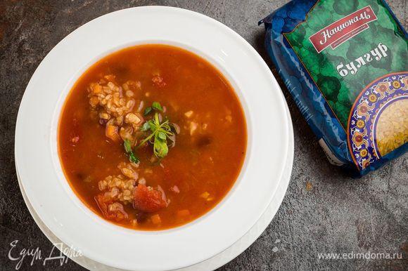 Проверять по готовности булгура. Добавить соль и перец по вкусу. Можно дать супу немного настояться и подавать на стол, украсив свежей зеленью.