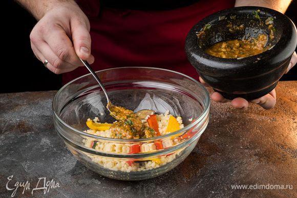 Обжаренные овощи соединить с кускусом, полить заправкой и все перемешать.