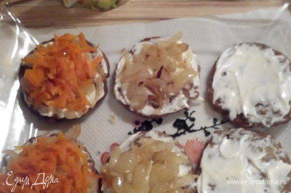Теперь приступаем к сборке слоек из печени. Смазать оладушек майонезом, уложить слой лука, а затем слой моркови.