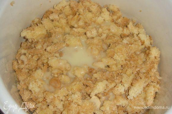 Бисквит раскрошить и, добавляя частями сгущенное молоко, замесить липкую массу. Сгущенки может уйти меньше, смотрите по консистенции.