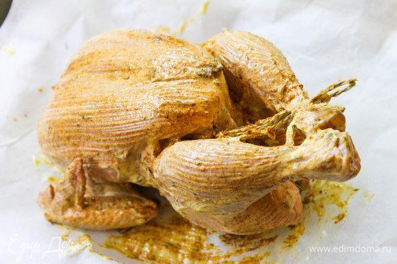 Курицу промыть, обсушить, силиконовой кистью смазать тушку смесью оливкового майонеза «Слобода», соуса чили, куркумы, копченой паприки и соли. Внутри тушку так же хорошо промазать. Ноги связать ниткой, чтобы тушка сохранила красивую форму.