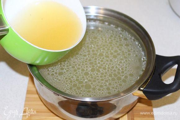 Затем вливаем набухший желатин в горячий бульон, чтобы желатин полностью растворился. Процеживаем бульон с желатином через марлю.