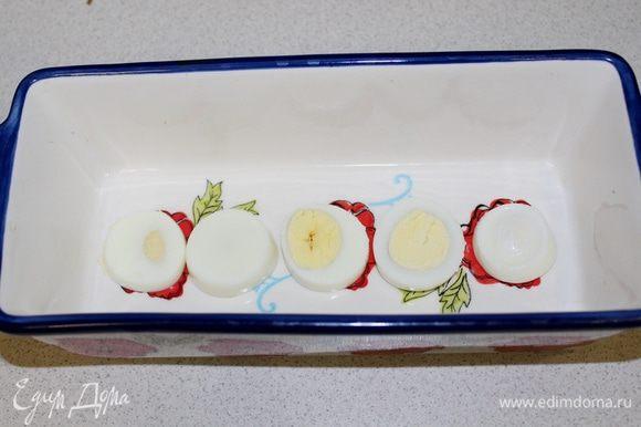 Яйца режем на кружочки, укладываем на дно формы, наливаем немного бульона, чтобы он только покрыл дно формы. Отправляем форму в холодильник на 5 — 10 минут, чтобы этот слой застыл.