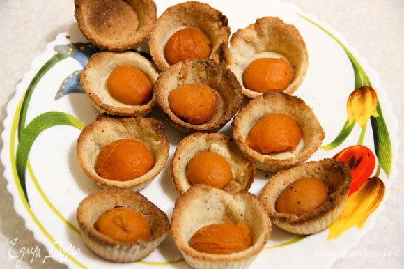 В остывшие корзиночки сначала выкладываем консервированные абрикосы.