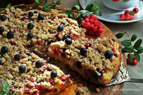 Нарезаем на порции. Пирожок небольшой, но каждому в семье хватит по кусочку.