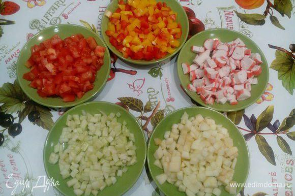 Яблоко и огурец очистить от кожуры, из яблок и перца удалить семечки. Помидор, огурец, яблоко, перец, крабовые палочки нарезать кубиками.