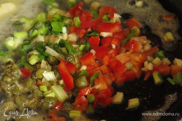 Две минуты обжариваем специи и зелень лука. Запах очень аппетитный!