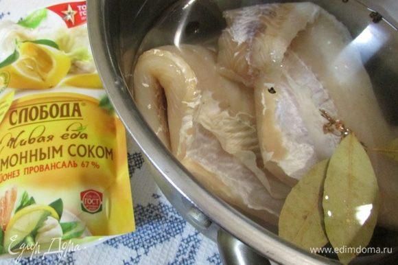 Филе судака отварить в воде с добавлением соли и специй (перец горошком, душистый перец и лавровый лист). Дать остыть рыбе в этом бульоне.