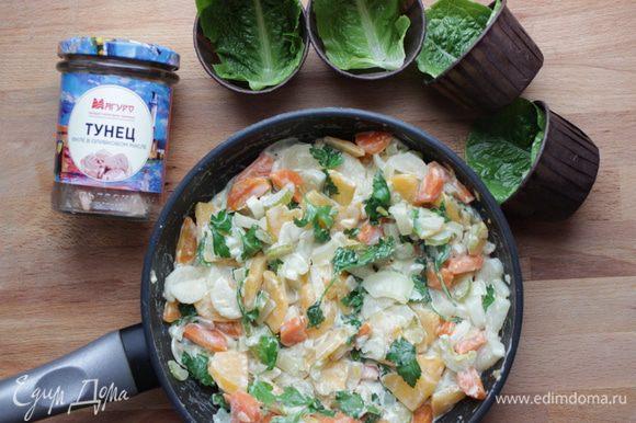 Влить в сковороду сливки и добавить петрушку, подержать на слабом огне 3 — 4 минуты. Тем временем подготовить посуду (или, как у меня, порционные стаканчики) для сервировки, выстелив дно листьями салата.