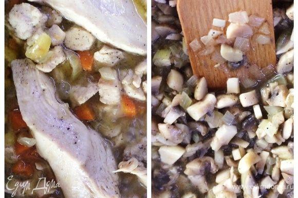 Грибы и куриное филе я тушила с луком и морковью.