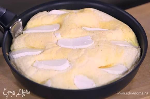 Через 30 секунд снять крышку и отправить сковороду с омлетом в духовку под разогретый гриль еще на 30 секунд.