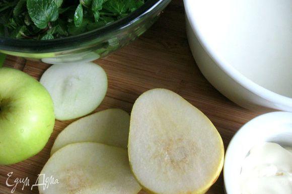 Груши и яблоко нарезать тонкими кольцами (семенную часть удалить).