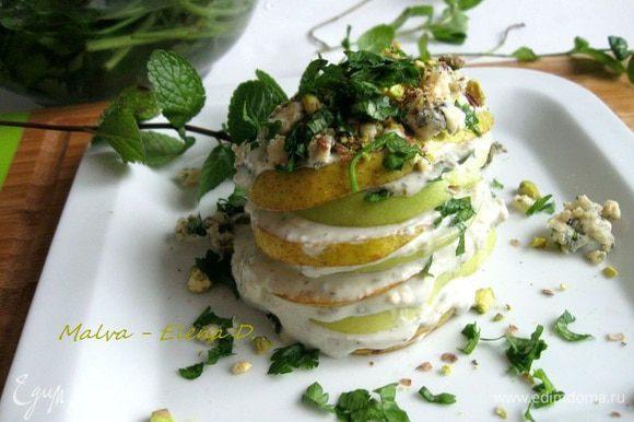Фисташки измельчить, зелень нарезать. Украсить фруктовую «башенку» соусом, зеленью, орехами и измельченным сыром с плесенью. Приятного аппетита!