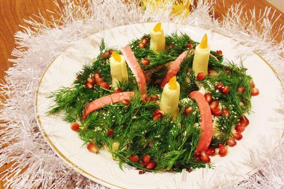 Убрать стакан. Оформить в новогоднем стиле. Хвойные веточки (укроп), ленты (красные полоски от крабовых палочек), огонь в свечах (кусочки сладкого перца), снег на ветках (кунжут), украшения на ветках (зерна граната). Есть, где разгуляться фантазии. Приятного аппетита! С Новым годом, с новым счастьем!