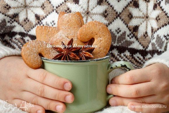Если вы хотите получить хрустящее печенье, то тесто нужно раскатывать очень тонко и выпекать 5 — 7 минут.