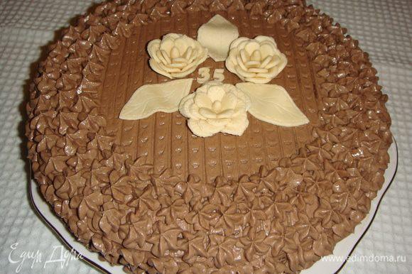 Верх и бока торта украшаем кремом.