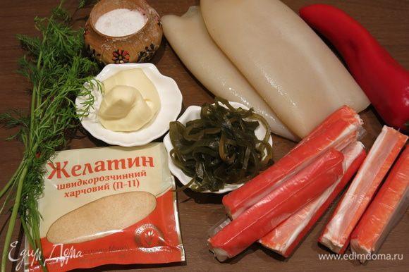 Подготовим тушки кальмаров, зелень, палочки крабовые, капусту морскую. Компоненты для желейной начинки — воду, желатин и майонез на перепелиных яйцах ТМ «Слобода».