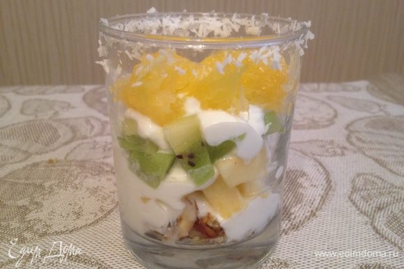 Фрукты нарезать и укладывать поочередно слоями, каждый слой укрывая йогуртом.