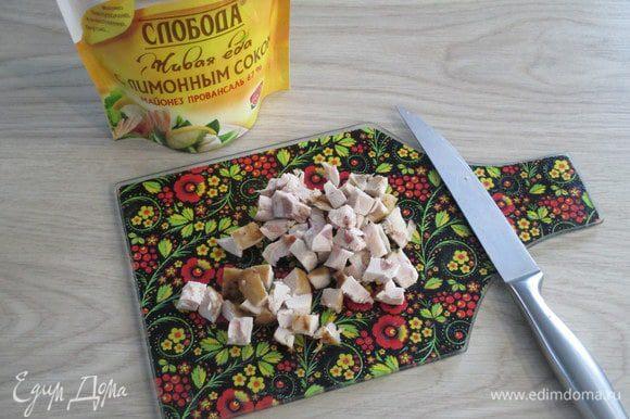 Готовое мясо кролика отделите от костей и нарежьте мелким кубиком.