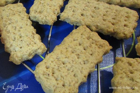 Печенье извлечь из духовки. Остудить на решетке, примерно 15 минут.