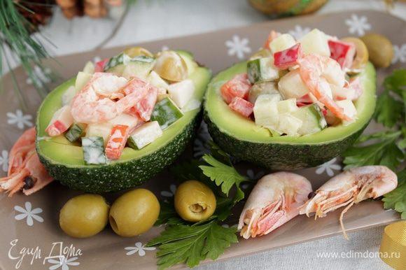 Салат можно подать в лодочках авокадо.