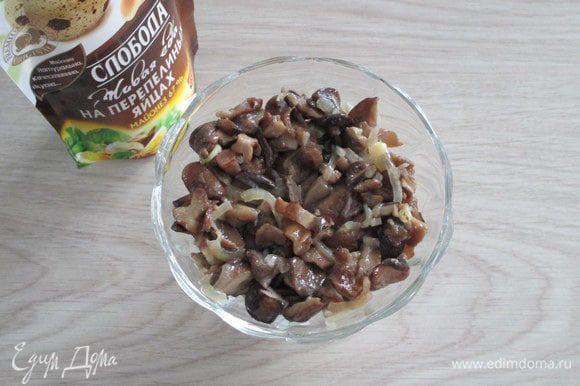 Второй слой — жареные с луком грибы.