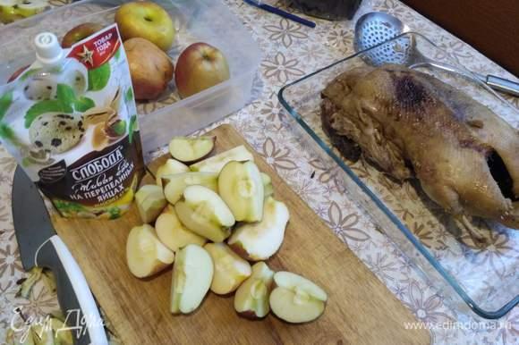 Яблоки разрезать на четвертинки и удалить сердцевину.