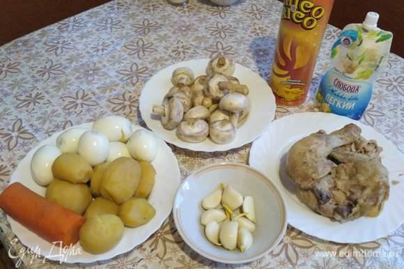 Отварите картофель, морковку, яйца, курицу. Обжарьте грибы.