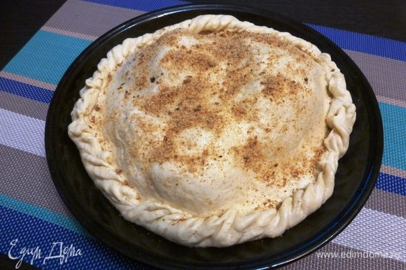 Накроем вторым пластом и защипнем края. Сверху посыплем сухарной крошкой. Выпекаем 1 — 1,5 часа при температуре 180 — 190°С. Но все-таки ориентируйтесь на размер пирога и сою духовку.