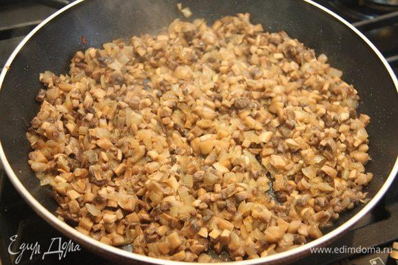 Грибы и лук мелко порубить кубиком, обжарить на растительном масле до готовности 10 — 15 минут. Посолить, поперчить, «почесночить».