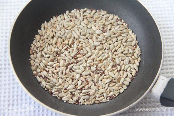 Семена слегка обжарить на сковороде.