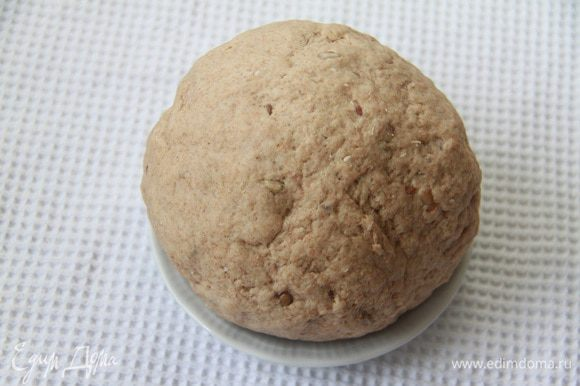 Тесто получается крутое, рекомендую все же взять 400 г молока. Оставить тесто в теплом месте на подъем, на 1 час.