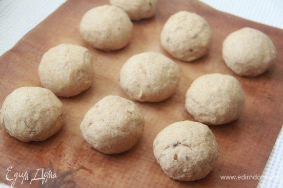 Через час обмять тесто, разделить на порции, сформировать 10 одинаковых колобков. Оставить на расстойку в теплом месте на 1 час.