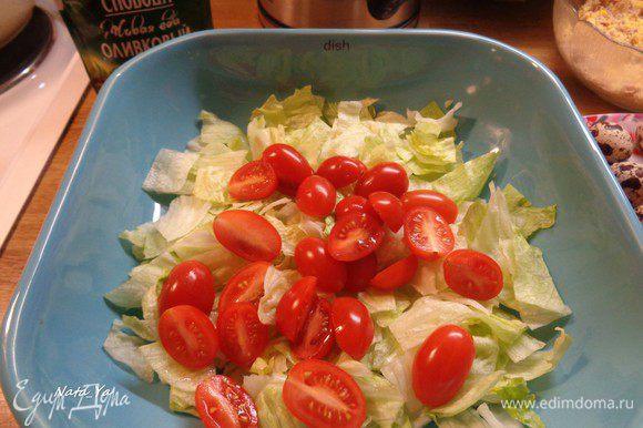 Салат айсберг порежем квадратами, добавим к нему помидоры черри, порезанные пополам.