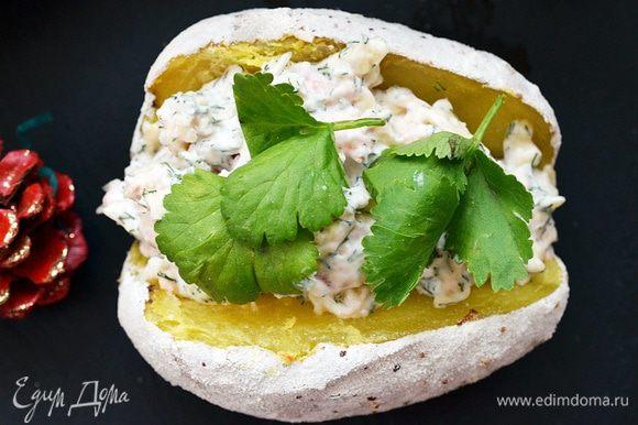 Готовый картофель разрезать пополам или крест-накрест и наполнить салатом.