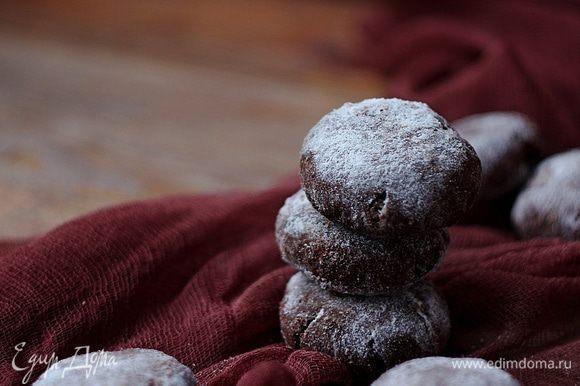 При необходимости и желании после остывания, наши «снежки» можно снова обвалять в сахарной пудре, это придаст печенью более снежный вид и добавит сладости.