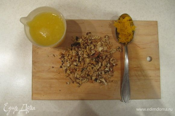 Натереть цедру апельсина и выжать сок. Всего потребуется 180 мл апельсинового сока и 1 ст. л. цедры. Орехи крупно порубить. Клюкву, если используете крупную садовую, нарезать. У меня была мелкая дикая клюква, поэтому я использовала ее целиком. P.S. Для цедры мне потребовался 1 апельсин, для сока — 2 крупных апельсина.