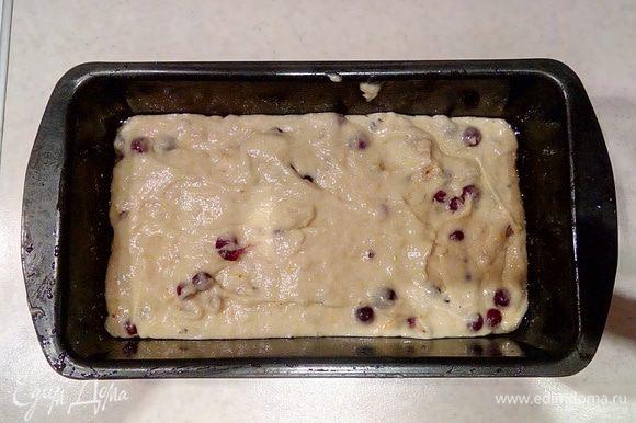 Готовое тесто выложить в предварительно смазанную растительным маслом продолговатую форму для кекса и отправить в разогретую духовку до 180°C на 50 — 60 минут.
