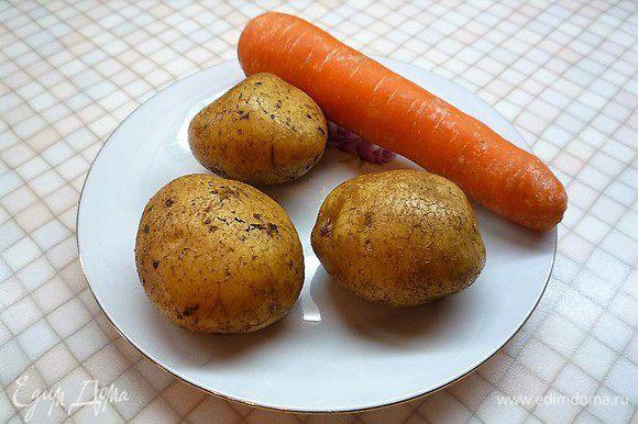 Морковь и картофель отвариваем и очищаем. Свиной язык отвариваем в течении 40 минут, горячим опускаем в холодную воду и очищаем.