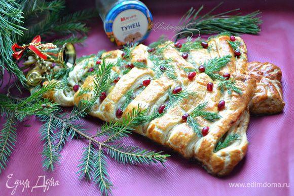 Готовый пирог украсьте зеленью укропа и зернами граната. Подавайте пирог теплым или остывшим до комнатной температуры — и так, и так очень вкусно!