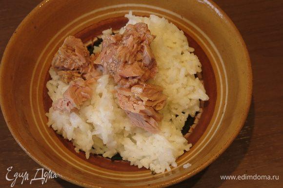 Готовим начинку: в 160 г риса добавляем тунец, особо не измельчая его. По японскому принципу, сохраняяпервоначальные свойства продукта, — «не сотвори, а найди и открой», натуральность только подчеркнет визуальный эффект кадзари. Перемешиваем, получаются волокна тунца в рисе.